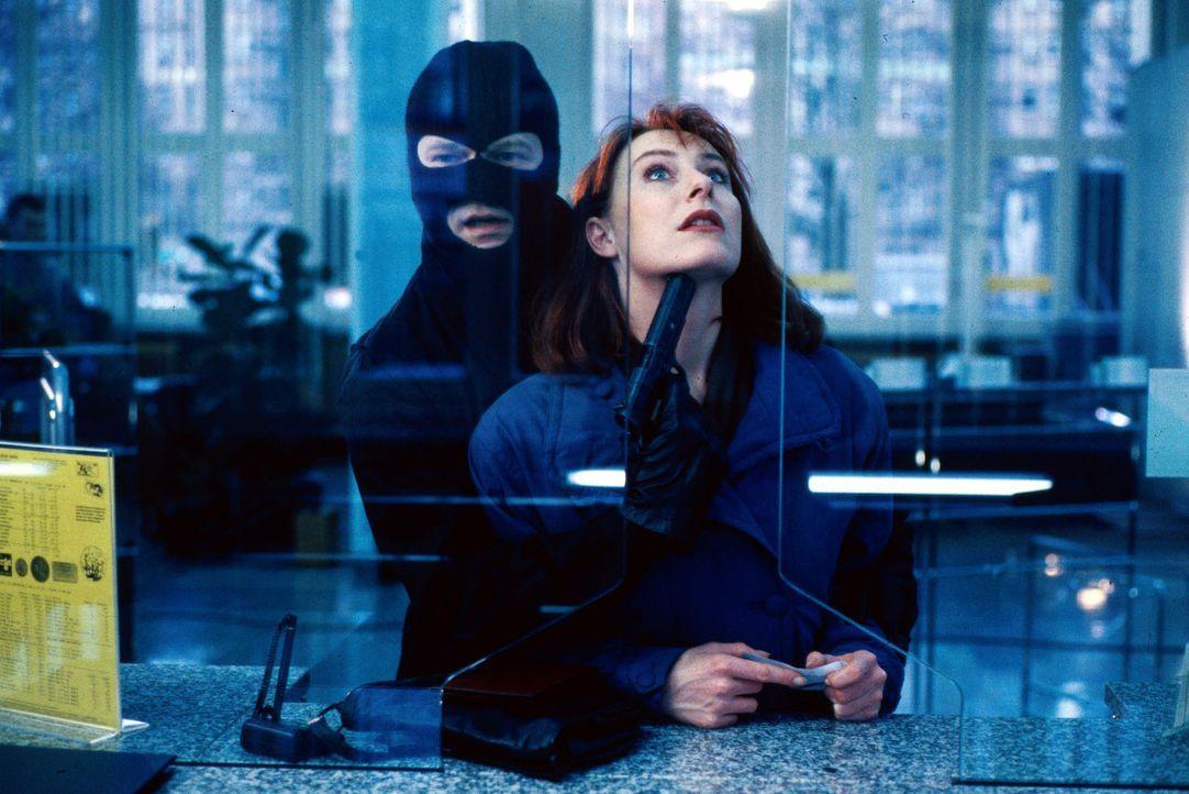In einer Bankfiliale wird bei einem Raubüberfall die Kundin Elke Jansen (Andrea Sawatzki, r.) als Geisel genommen. Durch einen Taxifahrer gelingt e... - Bildquelle: Alfred Raschke Sat.1