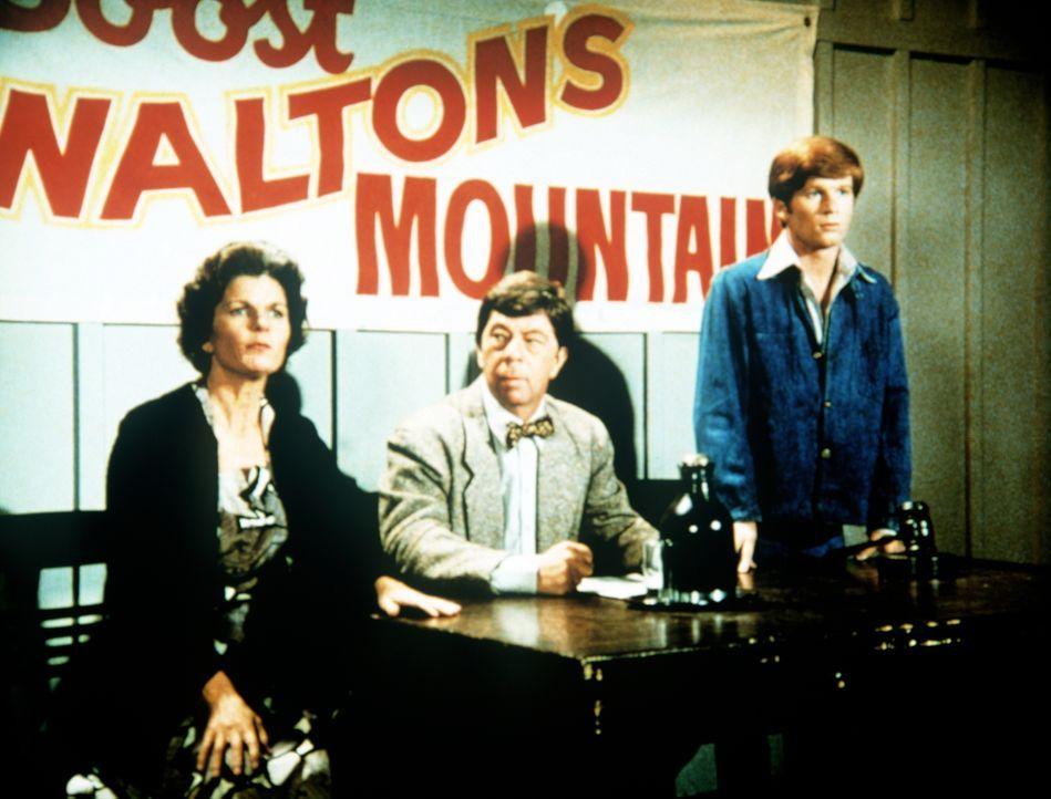 """Ben Walton (Eric Scott, r.) hat einen """"Verein zur Förderung von Waltons Mountain"""" gegründet. Corabeth Godsey (Ronnie Claire Edwards, l.) und ihr Man... - Bildquelle: WARNER BROS. INTERNATIONAL TELEVISION"""