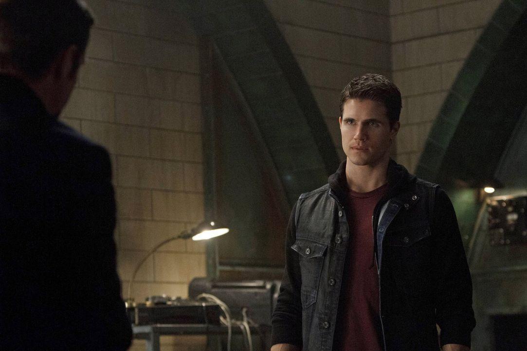 Ist es bereits zu spät, als Stephen (Robbie Amell) erkennt, wofür die Maschine tatsächlich benutzt werden soll ... - Bildquelle: Warner Bros. Entertainment, Inc