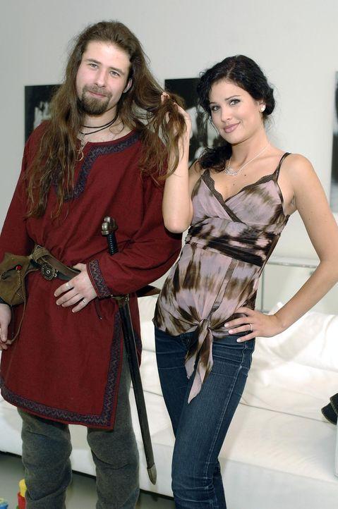 Playmate Guiliana (r.) will aus Ralf (l.) einen Womanizer machen … - Bildquelle: ProSieben