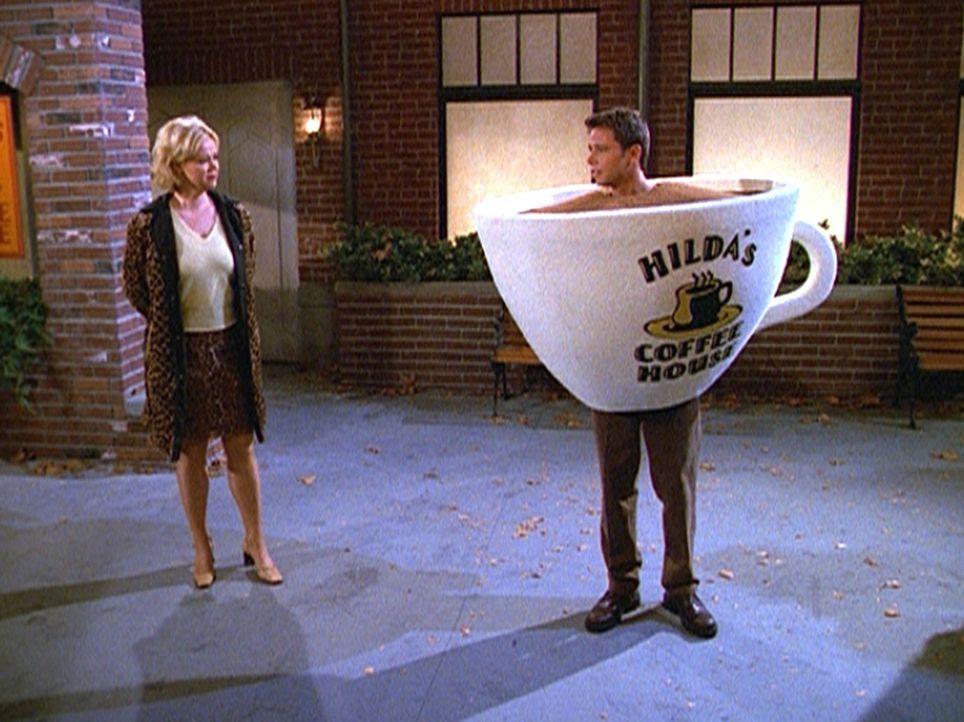 Hilda (Caroline Rhea, l.) hat Josh (David Lascher, r.) zu Werbezwecken als Kaffeetasse kostümiert. - Bildquelle: Paramount Pictures