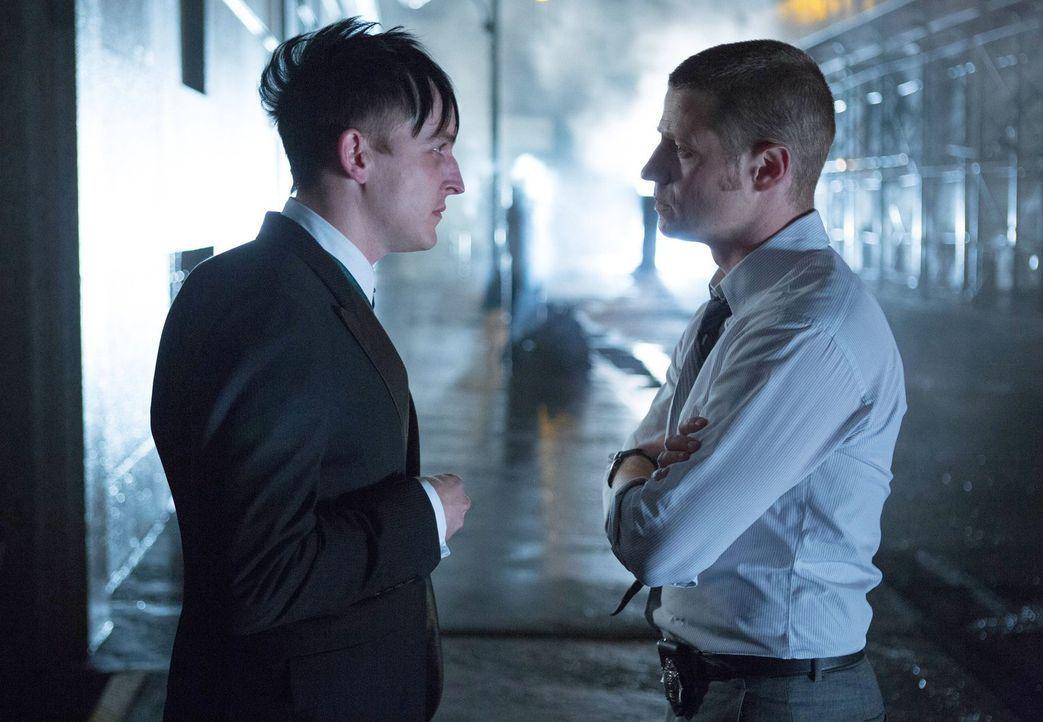 Aus Dankbarkeit, dass Gordon (Ben McKenzie, r.) ihn nicht umgebracht hat, bietet Cobblepot (Robin Lord Taylor, l.) ihm eine Zusammenarbeit als Gehei... - Bildquelle: Warner Bros. Entertainment, Inc.