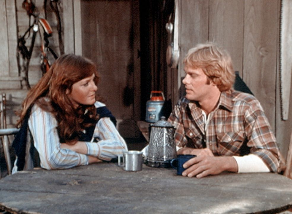 Erin (Mary Beth McDonough, l.) hat den Holzfäller Paul Mathews (Morgan Stevens, r.) kennengelernt. Beide sind sich auf Anhieb sympathisch. - Bildquelle: WARNER BROS. INTERNATIONAL TELEVISION