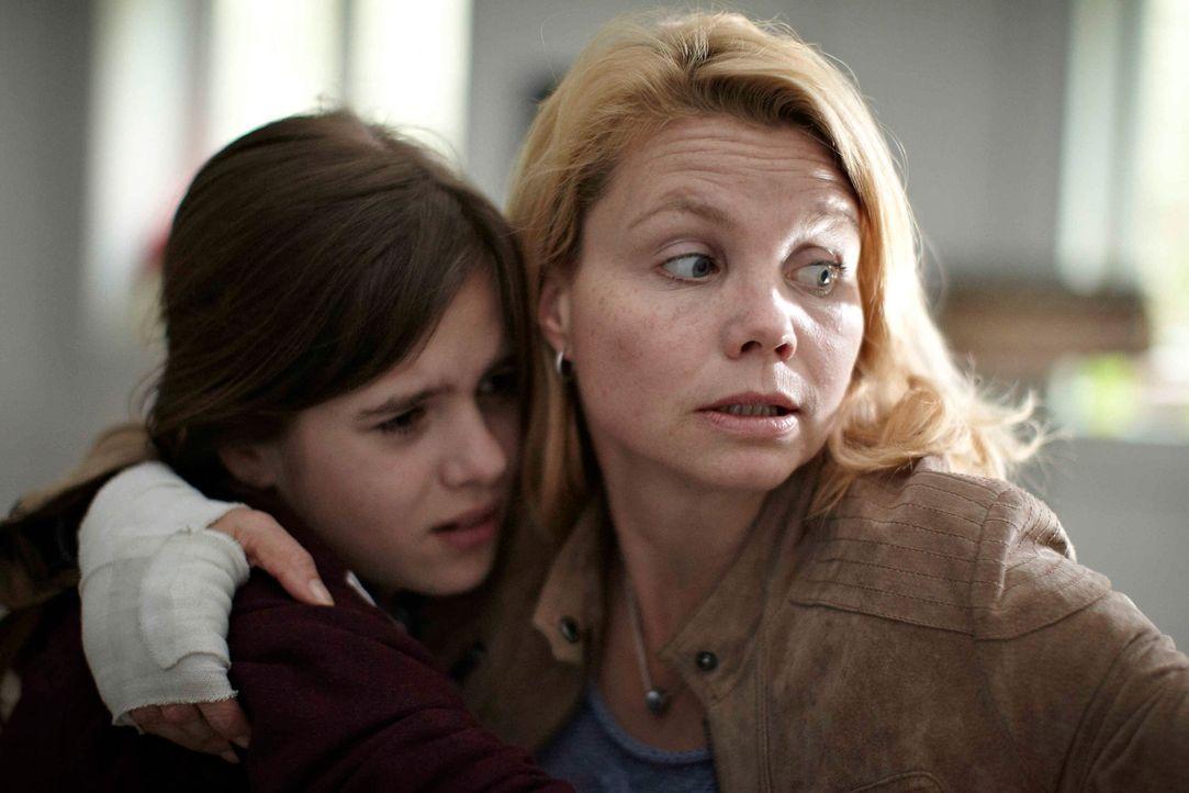 Muss sich in die Höhle des Löwen wagen, um ihre Tochter (Jamie Bick, l.) zu retten: Katja (Anette Frier, r.) ... - Bildquelle: Willi Weber SAT.1