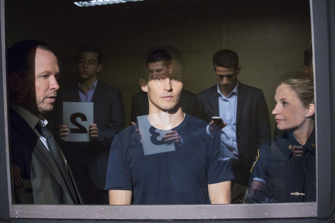 Nach einem Anschlag auf Jamie (Will Estes, M.) und Janko (Vanessa Ray, r.) sollen die beiden den Täter identifizieren. Doch sie können sich nicht er... - Bildquelle: John Paul Filo 2014 CBS Broadcasting Inc. All Rights Reserved.