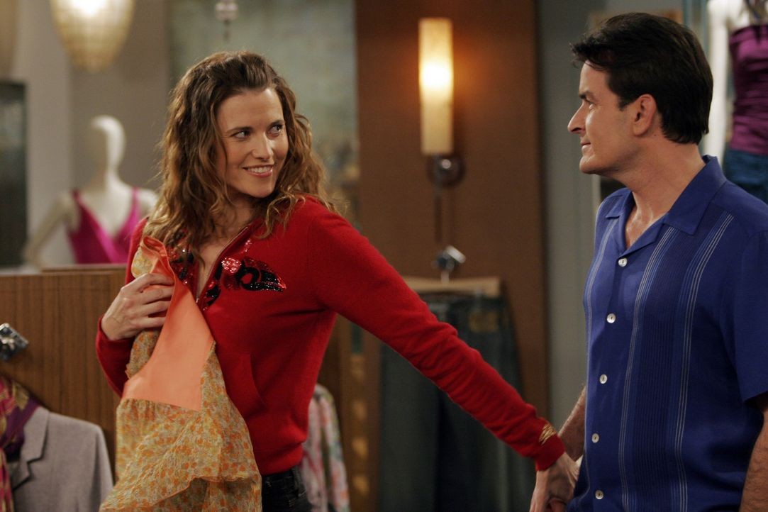 Während Alan seine Rolle als homosexueller sehr gut spielt, verliebt sich Charlie (Charlie Sheen, r.) in Pamela (Lucy Lawless, l.), in die Ex-Frau... - Bildquelle: Warner Bros. Television