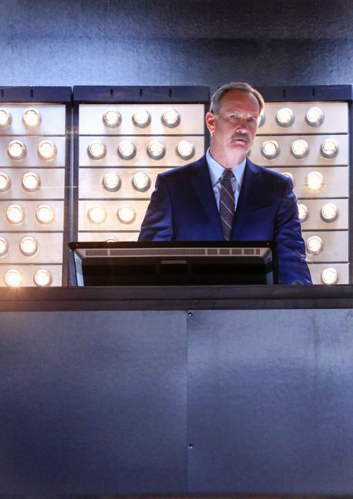 Alvin Sparks (Michael O'Neill), der Chef der Organisation, der Molly ins All schickte, ist skeptisch: Warum fehlen mehrere Stunden Videomaterial von... - Bildquelle: Robert Voets 2014 CBS Broadcasting, Inc. All Rights Reserved