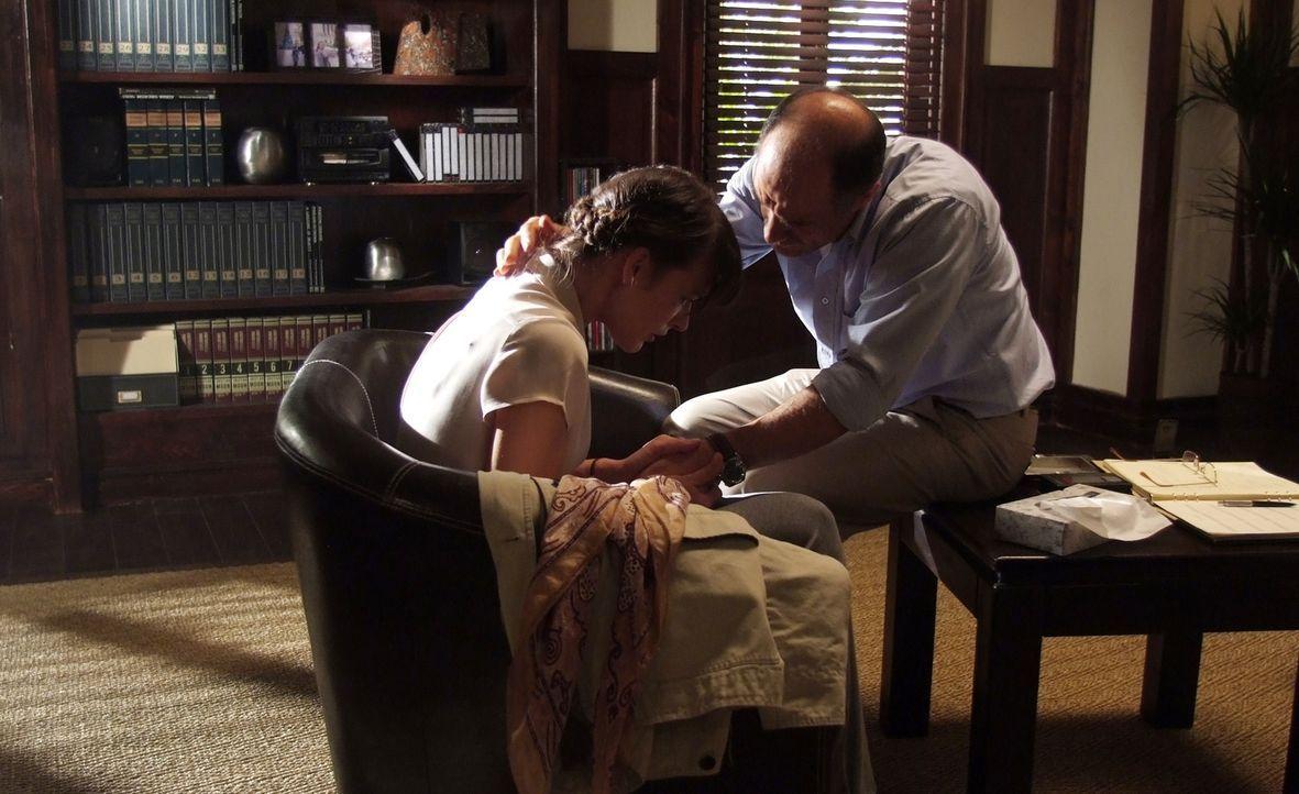 Bei dem Psychologen Dr. Abel Campos (Elias Koteas, r.) hofft Abby Tyler (Milla Jovovich, l.) durch Hypnose, endlich Licht in einen dunklen Fleck in... - Bildquelle: 2009 Gold Circle Films LLC.  All rights reserved