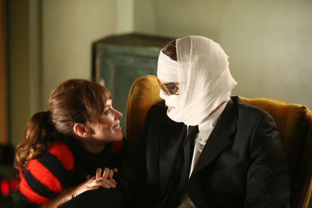 Endlich wieder vereint: Chuck (Anna Friel, l.) ist glücklich, ihren Vater Charles Charles (Josh Randall, r.) wieder um sich zu haben. Nur Ned darf... - Bildquelle: Warner Brothers