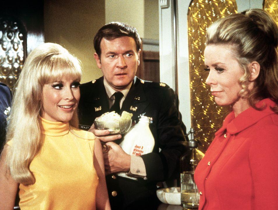 Jeannie (Barbara Eden, l.) versteht die Vorwürfe nicht, die ihr Roger (Bill Daily, M.) und Amanda Bellows (Emmaline Henry, r.) machen. - Bildquelle: Columbia Pictures