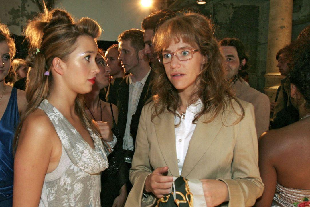 Hannah (Laura Osswald, l.) hat keine guten Nachrichten für Lisa (Alexandra Neldel, r.): Die Präsentation ist in Gefahr ... (Dieses Foto von Alexan... - Bildquelle: Noreen Flynn Sat.1