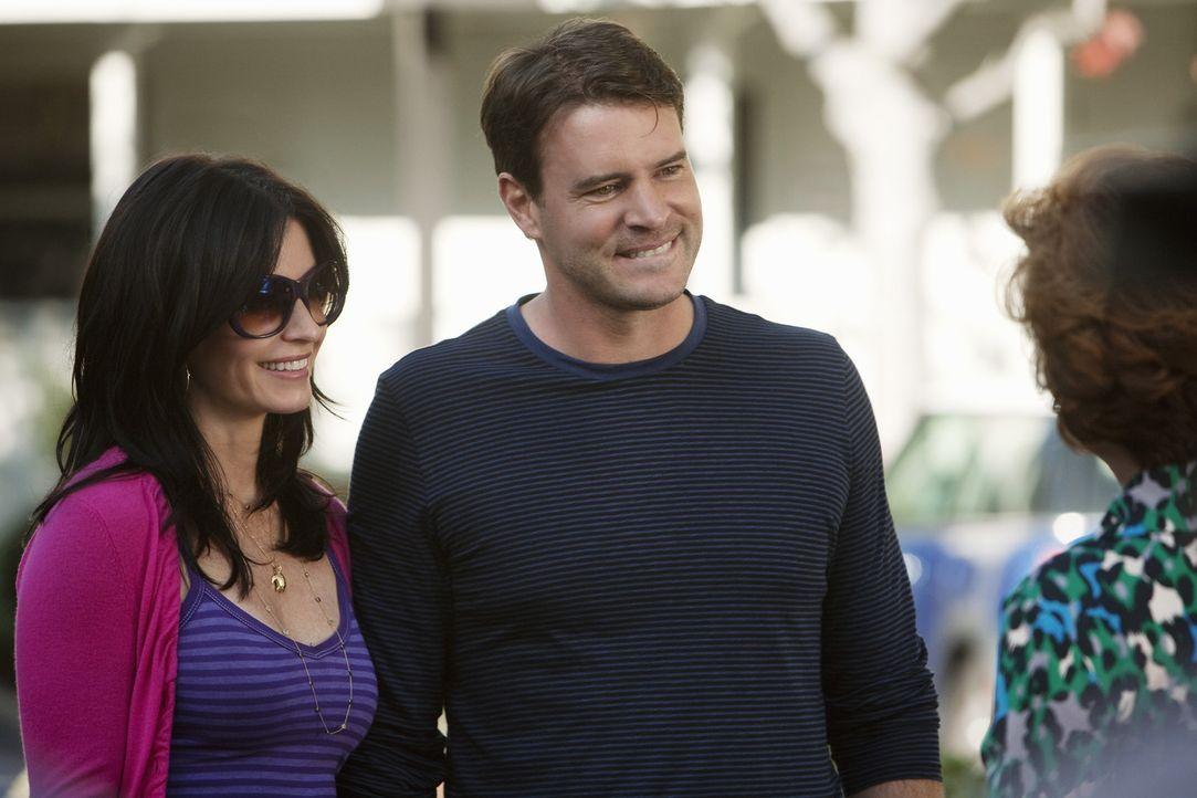 Jules (Courteney Cox, l.) neuer Freund Jeff (Scott Foley, M.) wird der neidischen Barb (Carolyn Hennesy, r.) vorgestellt ... - Bildquelle: 2009 ABC INC.