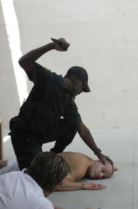 Harter Knastalltag: Wade Porter (Stephen Dorff, liegend) wird täglich von dem Gefängniswärter Jackson (Harold Perrineau, l.) brutal misshandelt ... - Bildquelle: 2008 Worldwide SPE Acquisitions Inc. All Rights Reserved.