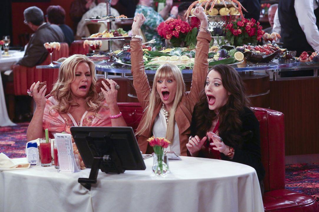 Caroline (Beth Behrs, M.) und Max (Kat Dennings, r.) begleiten Sophie (Jennifer Coolidge, l.) zur Pferderennbahn, wo sie als Gäste von Sophies neuem... - Bildquelle: Warner Bros. Television