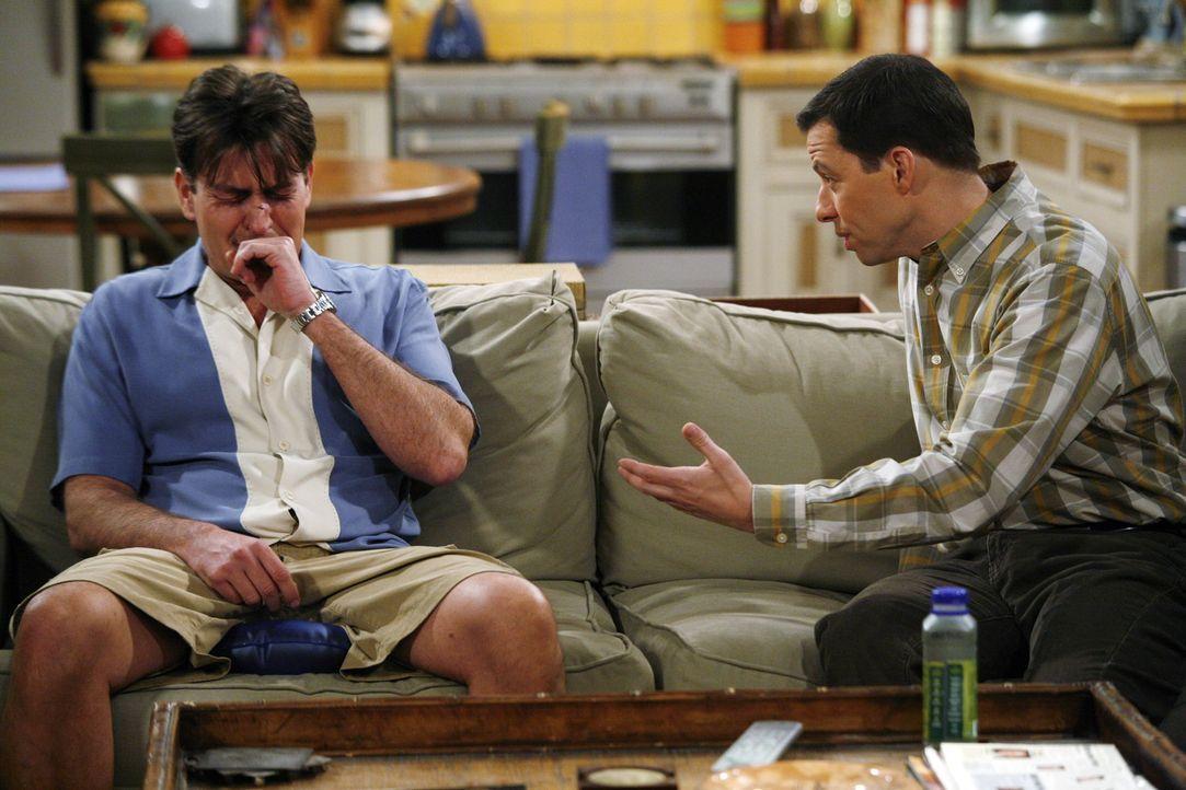 Der Versuch, Mia wieder zurückzubekommen ist gründlich in die Hose gegangen. Jetzt ist Charlie (Charlie Sheen, l.) zutiefst gekränkt und sucht Tr... - Bildquelle: Warner Brothers Entertainment Inc.