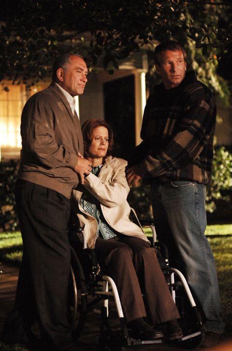Vicky (Caryn West, M.) musste schon manch schweren Schicksalsschlag ertragen. Alex (Dennis Garber, l.) und Devon (Kyle Reed, r.) stehen ihr bei. - Bildquelle: Warner Bros. Television