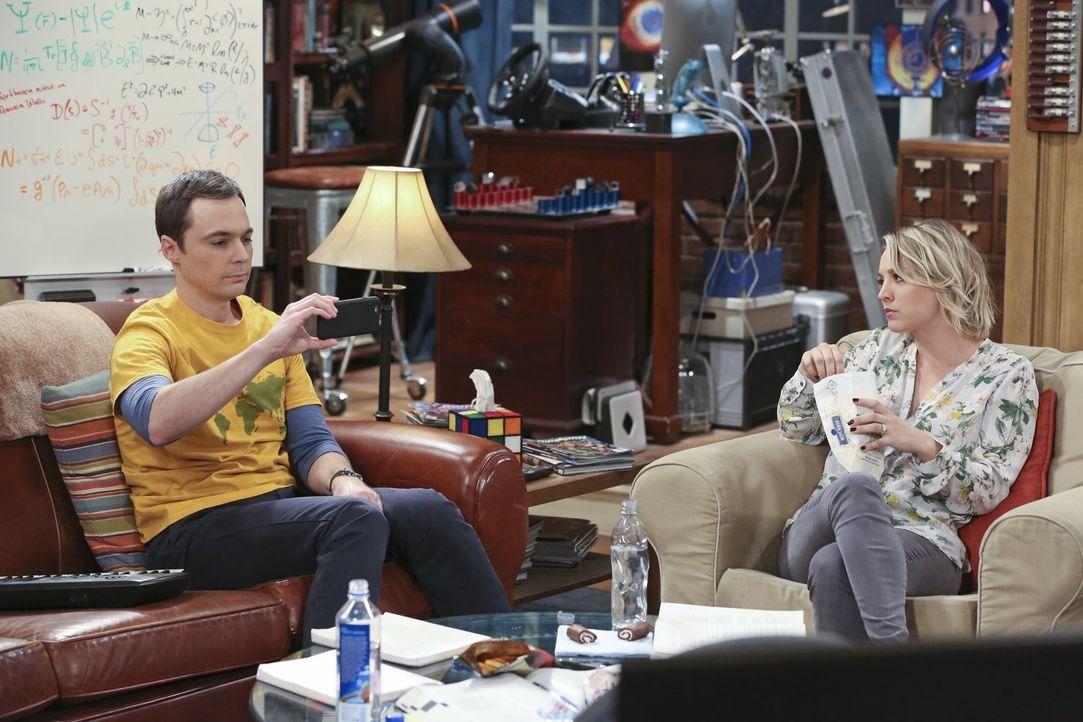 Mit seinem Ohrwurm treibt Sheldon (Jim Parsons, l.) Penny (Kaley Cuoco, r.) und Leonard in den Wahnsinn, während Raj und Howard endlich einen Facebo... - Bildquelle: 2015 Warner Brothers