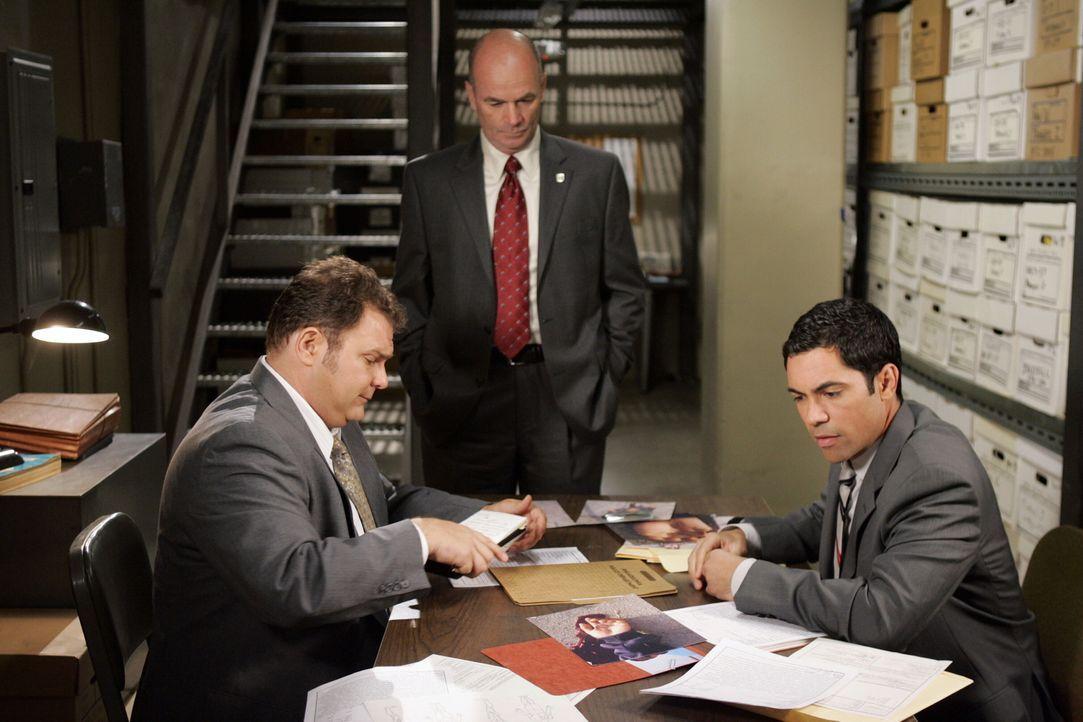 Hoffen, in den alten Akten Hinweise zu finden: Nick (Jeremy Ratchford, l.), Scott (Danny Pino, r.) und John (John Finn, M.) ... - Bildquelle: Warner Bros. Television