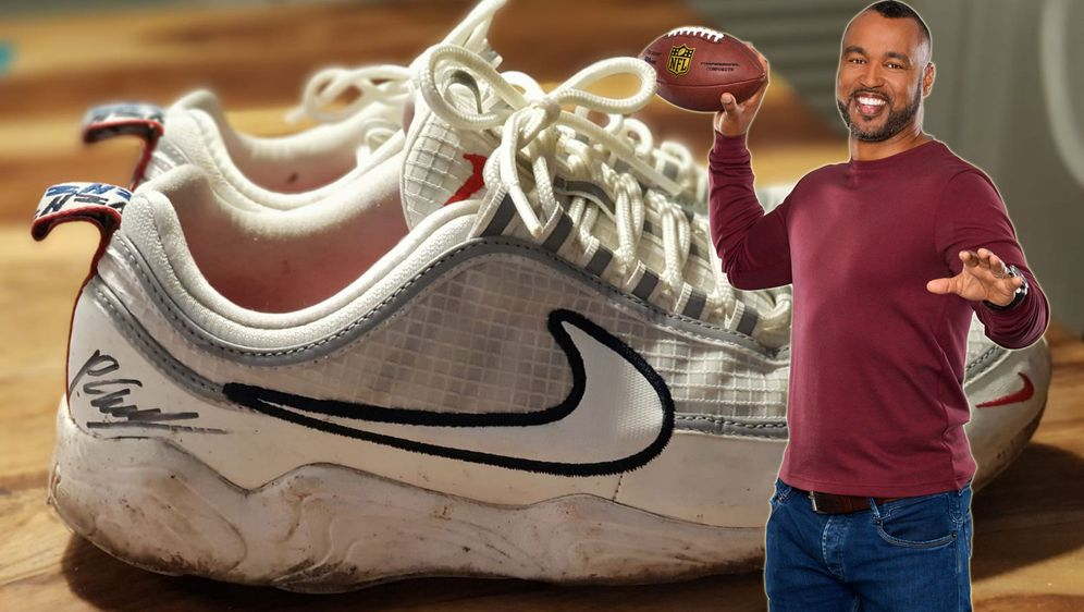Wer greift zu? Patrick Esume lässt seine Schuhe von der Football-EM in Finnl... - Bildquelle: ran.de