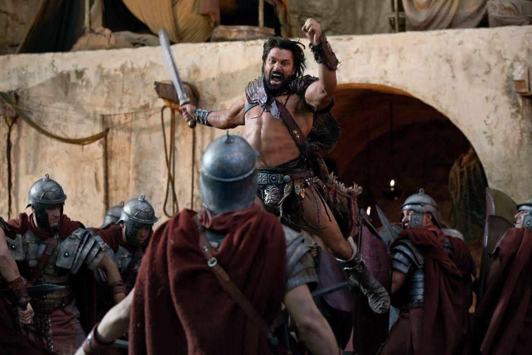 Als Spartacus in große Bedrängnis gerät, vergisst Crixus (Manu Bennett) alle Streitereien und wirft sich ins Kampfgetümmel. Gemeinsam gelingt es ihn... - Bildquelle: 2012 Starz Entertainment, LLC. All rights reserved.