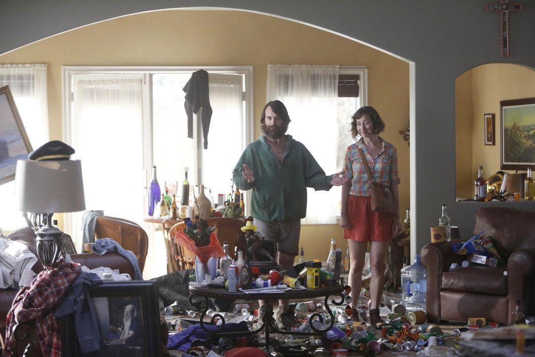 Phil (Will Forte, l.) präsentiert Carol (Kristen Schaal, r.) stolz sein Heim und all die Sachen, die er gesammelt hat, doch davon ist Carol wenig be... - Bildquelle: 2015 Fox and its related entities.  All rights reserved.