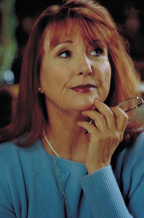 Die stets alkoholisierte Lebensberaterin und Wahrsagerin Madame Hugonaut (Teri Garr) ist mit einem unglaublich scharfsinnigen Weitblick ausgestattet... - Bildquelle: 2004 Sony Pictures Television International. All Rights Reserved.