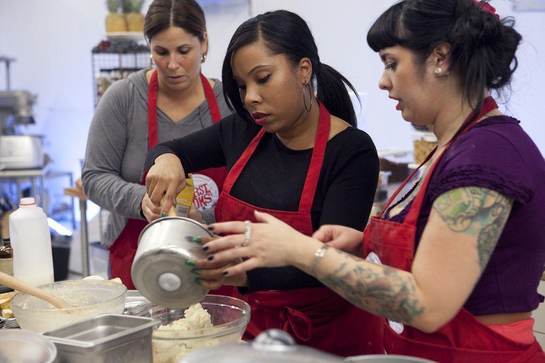 Das ist Teamwork: Rasheeda (M.) bekommt bei der Eis- und Waffelherstellung Unterstützung von ihren Mitstreitern Sue (l.) und Crystal (r.) ... - Bildquelle: David Lang 2012, Television Food Network, G.P.