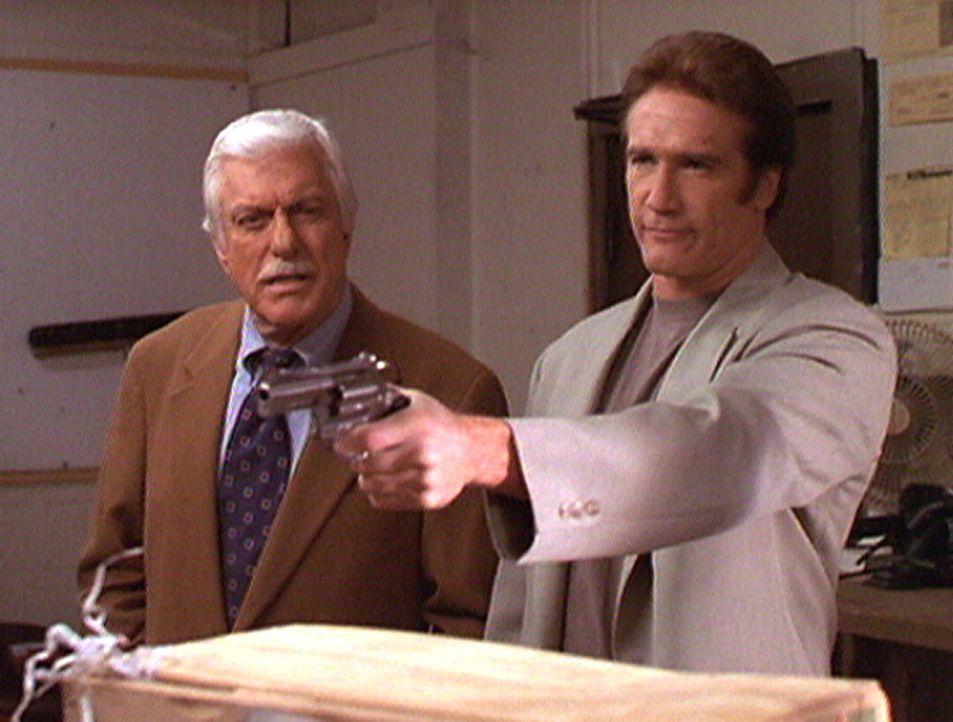 Steve (Barry Van Dyke, r.) und Mark (Dick Van Dyke) haben den mutmaßlichen Bombenleger dabei erwischt, wie er wichtige Beweisstücke beseitigen will. - Bildquelle: Viacom