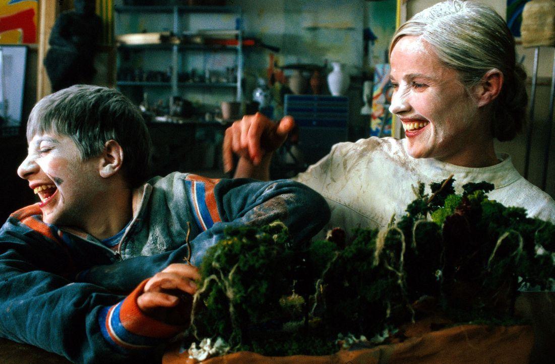 Alex (Italo de Angelis, l.) hat mit Connie (Karoline Eichhorn, r.) viel Spaß. Sie überrascht ihn mit einem selbstgebauten Dschungelmodell für die Sc... - Bildquelle: Conny Klein Sat.1
