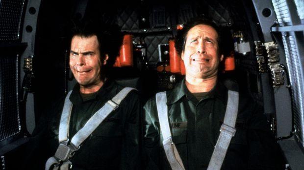Die beiden Büro-Trottel Austin (Dan Aykroyd, l.) und Emmett (Chevy Chase, r.)...