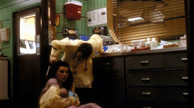 Carol Hathaway (Julianna Margulies, l.) schützt das Neugeborene vor seiner sc...