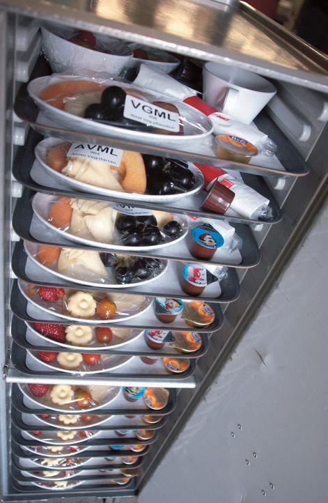 Bereits am Boden benötigt es einen hohen logistischen Aufwand und Vorbereitung, um die Fluggäste der Airlines hoch in der Luft mit warmen Mahlzeiten... - Bildquelle: Actuality Productions (USA)