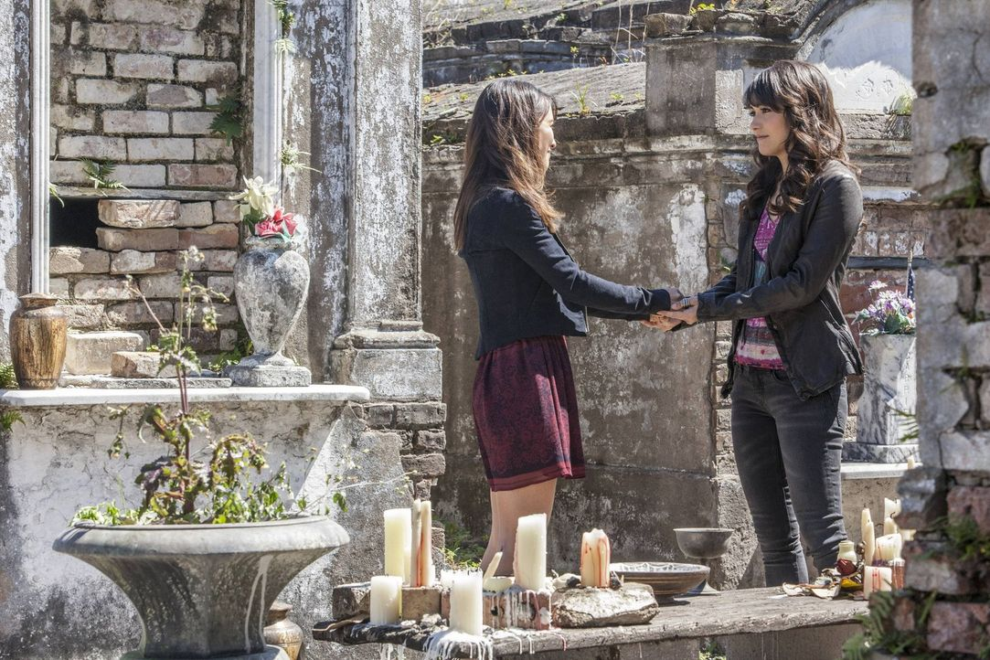Hätte Elena (Nina Dobrev, r.) sich nur nicht auf die beiden Vampirbrüder Stefan und Damon eingelassen. Jetzt ist sie im Zirkel der anderen Seite a... - Bildquelle: Warner Brothers