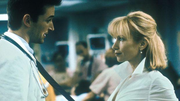 Zwischen Elaine (Rebecca De Mornay, r.) und Carter (Noah Wyle, l.) funkt es g...