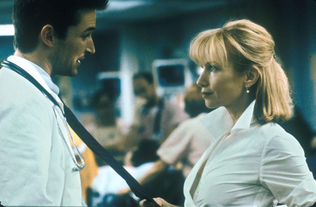 Zwischen Elaine (Rebecca De Mornay, r.) und Carter (Noah Wyle, l.) funkt es gewaltig. - Bildquelle: TM+  2000 WARNER BROS.