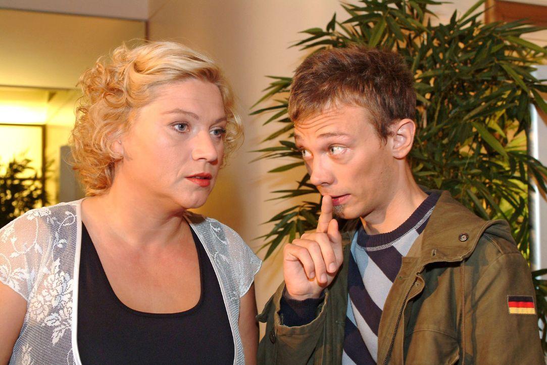 Agnes (Susanne Szell, l.) trifft Jürgen (Oliver Bokern, r.) bei Kerima Moda in geheimer Mission an. - Bildquelle: Monika Schürle Sat.1