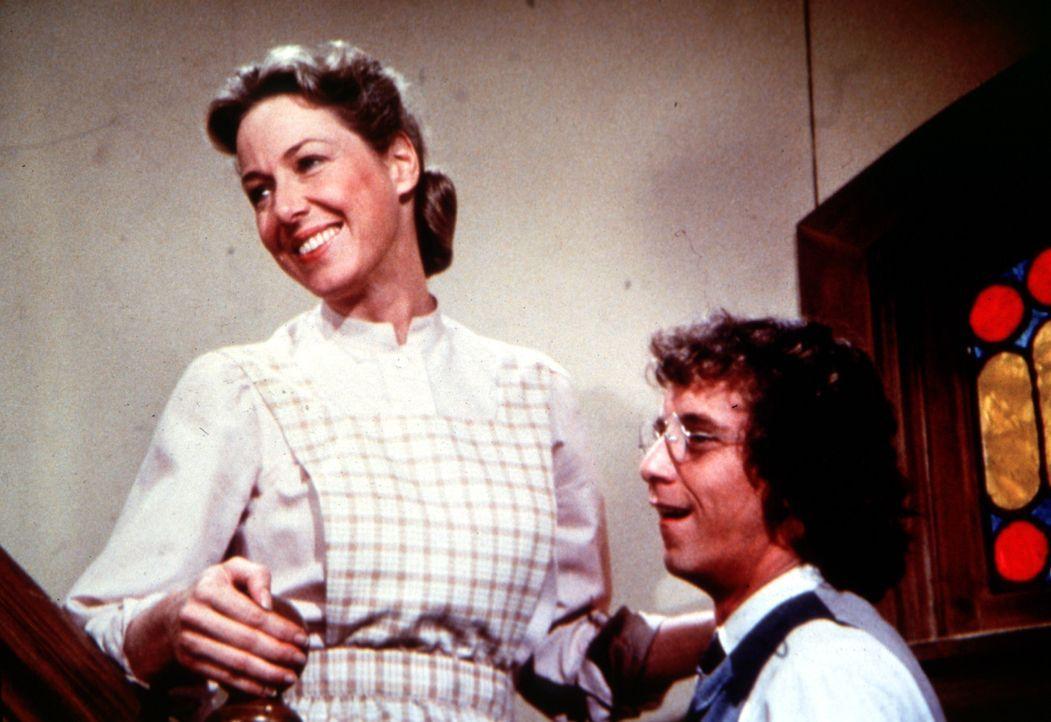 Caroline Ingalls (Karen Grassle, l.) überbringt Percival (Steve Tracy, r.) die Nachricht, dass er Vater von Zwillingen geworden ist. - Bildquelle: Worldvision