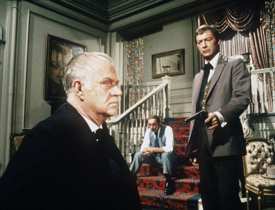 Der Fotograf Sam Dawson (Dabbs Greer, l.) wird von dem Fanatiker Gann (Steve Ihnat, M.) und dessen Komplizen Hunter (Byron Mabe, r.) festgehalten. - Bildquelle: Paramount Pictures