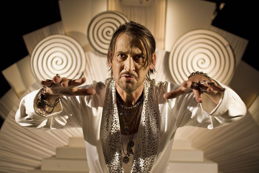 Der böse Magier Hieronymus (Ingo Naujoks) hat sich bei der Zauberhexe Surulunda eingeschlichen, um das Hexenbuch zu klauen. Allerdings zu einem schl... - Bildquelle: Marco Nagel Disney