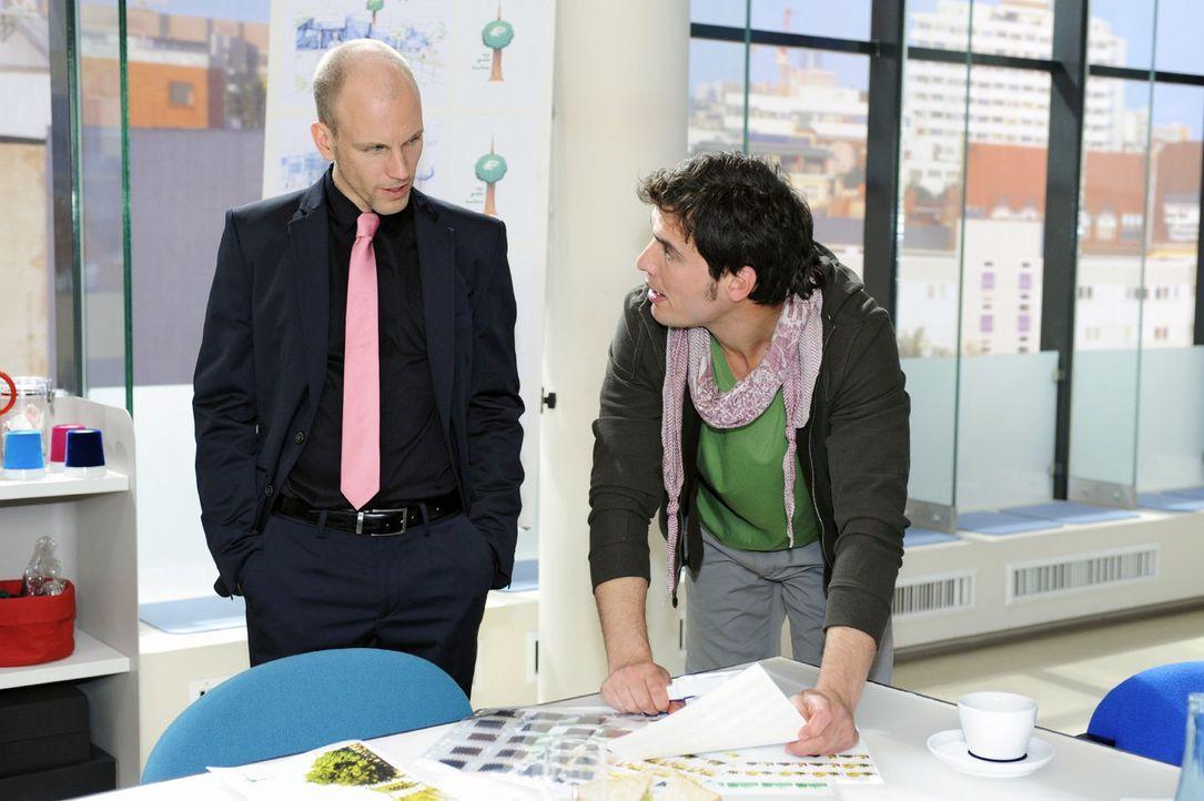 Gerrit (Lars Löllmann, l.) gibt Igor (Dimitri Bilov, 2.v.r.) das Geld zurück, doch der besteht auf Zinsen ... - Bildquelle: Oliver Ziebe Sat.1