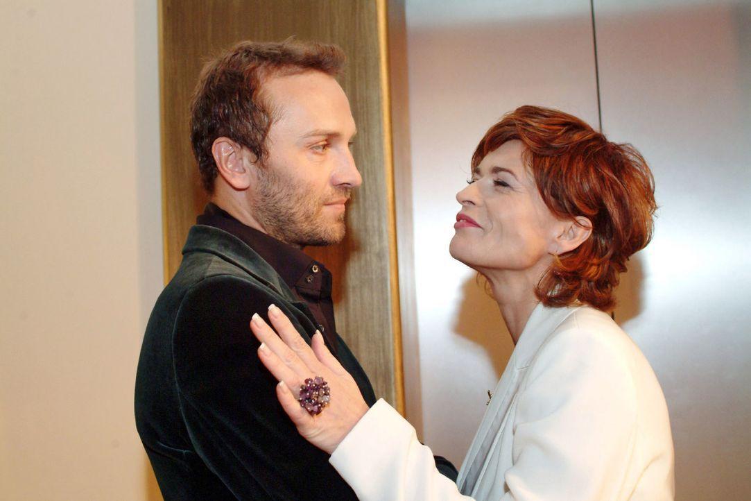 Sophie (Gabrielle Scharnitzky, r.) gelingt es nach und nach, Hugos (Hubertus Regout, l.) Vertrauen zu gewinnen - er glaubt, dass sie ihn als Einzige... - Bildquelle: Monika Schürle Sat.1