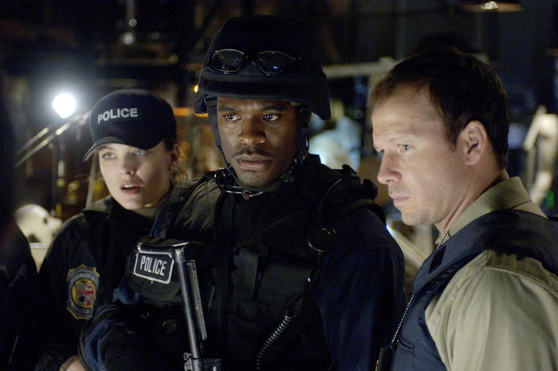 Die Mitglieder des SWAT-Teams, (v.l.n.r.) Kerry (Dina Meyer, l.), Rigg (Lyriq Bent, M.) und Erik (Donnie Wahlberg, r.), müssen schmerzlich erfahren,... - Bildquelle: Kinowelt Filmverleih