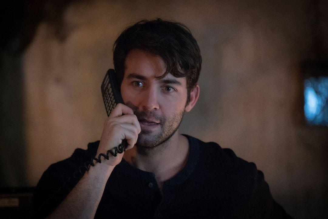 Jackson (James Wolk) bekommt einen Anruf von Abraham, der ihn um eine weitere Zellprobe eines Hybriden bittet. Doch Jackson kann ihm nicht weiterhel... - Bildquelle: Shane Harvey 2017 CBS Broadcasting, Inc. All Rights Reserved