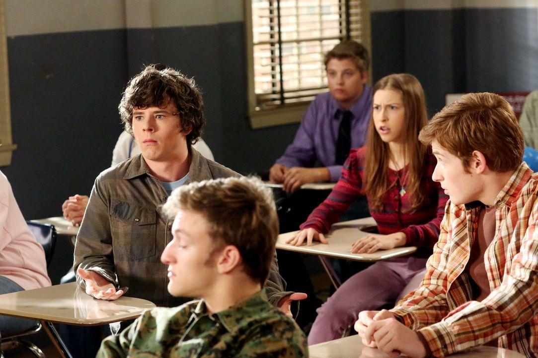 Axl (Charlie McDermott, Mitte l.) ist entsetzt, als er herausfindet, dass Sue (Eden Sher, Mitte r.) denselben Lebenskunde-Kurs besucht, wie er. Doch... - Bildquelle: Warner Brothers