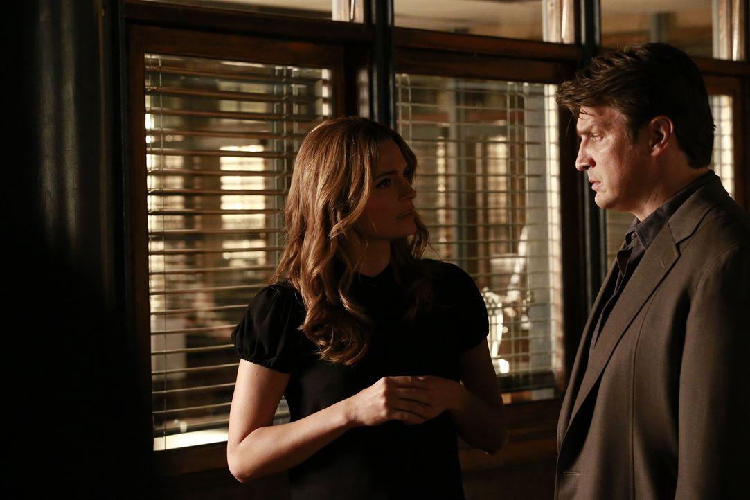 Um Beckett (Stana Katic, l.) näher zu kommen, versucht Castle (Nathan Fillion, r.) sich irgendwie in ihren neusten Fall einzuschleichen ... - Bildquelle: Mitchell Haaseth 2015 American Broadcasting Companies, Inc. All rights reserved.