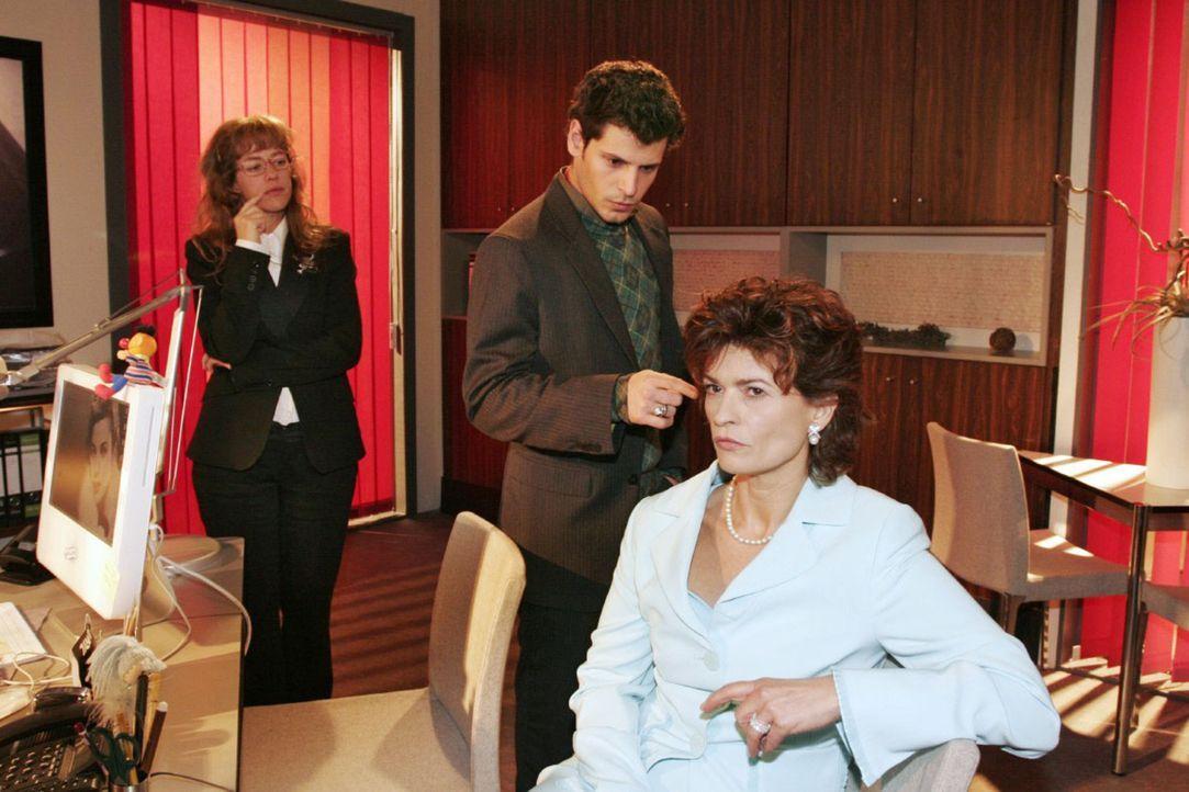 Rokko (Manuel Cortez, M.) analysiert vor Sophie (Gabrielle Scharnitzky, r.) und Lisa (Alexandra Neldel, l.) das TV-Interview. (Dieses Foto von Alexa... - Bildquelle: Noreen Flynn Sat.1