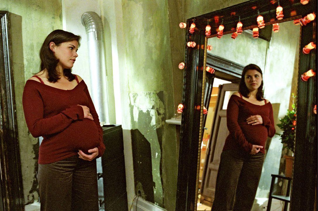 Pia (Katharina Wackernagel) wünscht sich sehnlichst ein Baby ... - Bildquelle: Sat.1