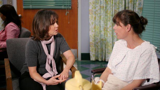 Maggie (Sally Field, l.) versucht ihre Tochter Abby (Maura Tierney, r.) so gu...