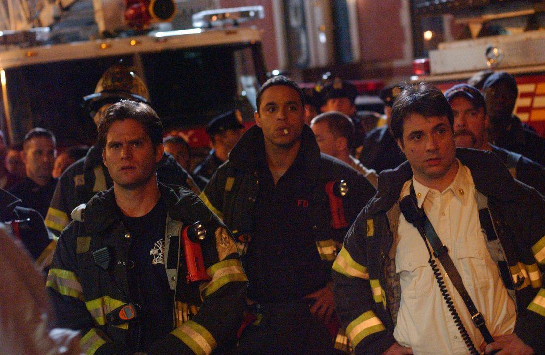 Obwohl Paulie (David Vadim, r.), Franco (Daniel Sunjata, M.) und Sean (Steven Pasquale, l.) bei einem Großbrand ihr Bestes geben, können sie denno... - Bildquelle: 2007 Sony Pictures Television Inc. All Rights Reserved