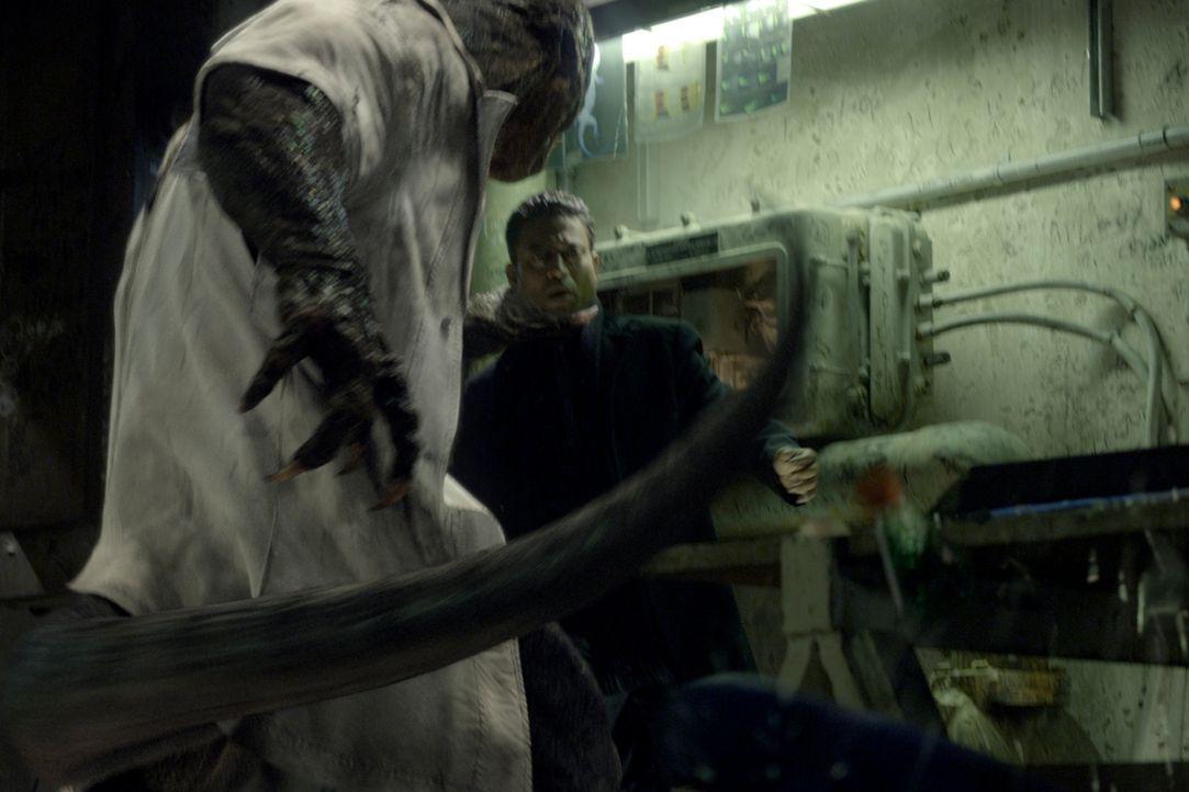 Als Echse verwandelt, will Dr. Curt Connors (Rhys Ifans, l.) alle Menschen (Irrfan Khan, r.) mit seiner Echsen-DNA beglücken. Kann Peter dies verhin... - Bildquelle: 2012 Columbia Pictures Industries, Inc.  All Rights Reserved.